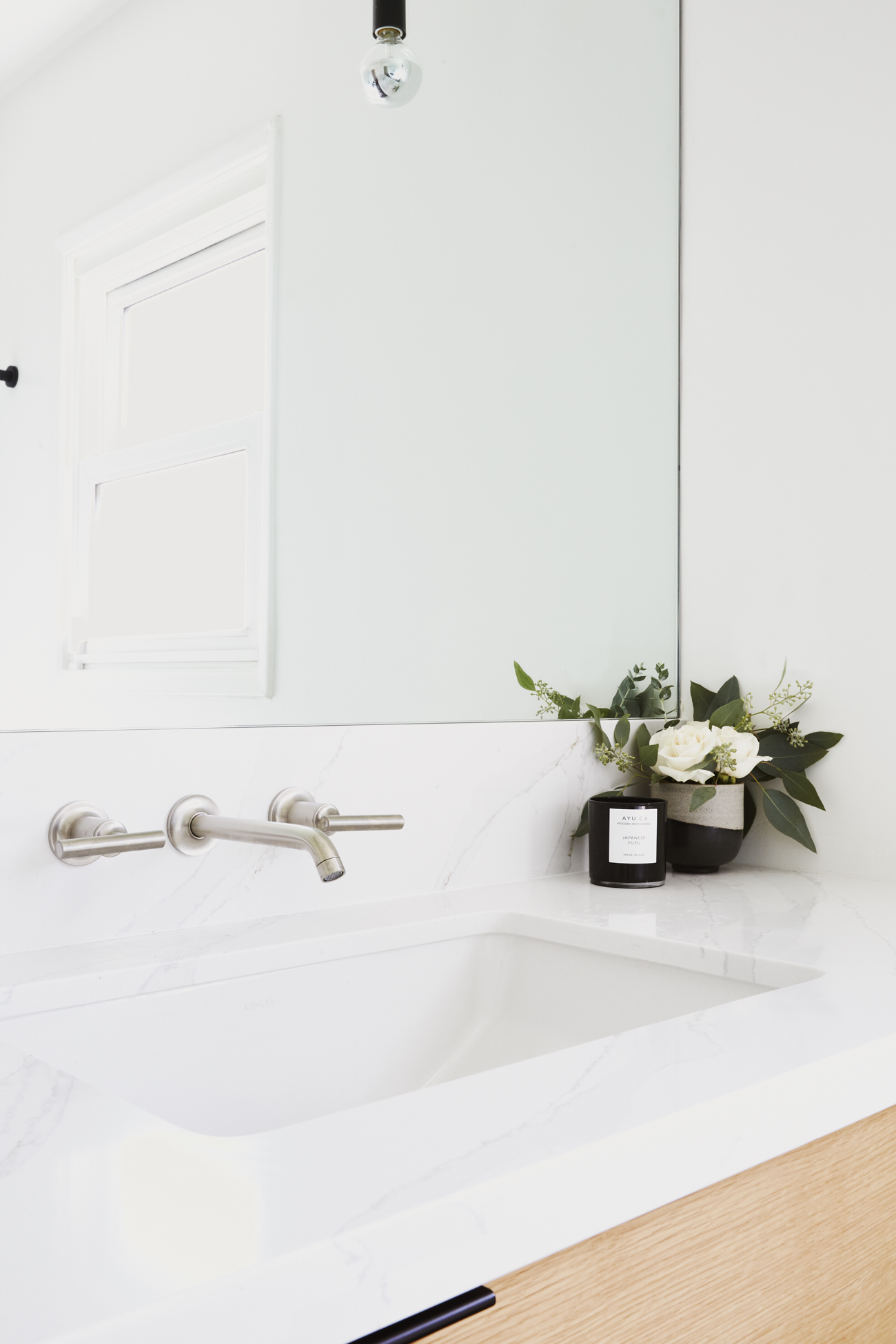Modern Bright Bathroom / See and Savour
